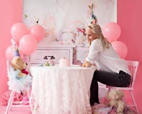 Фотографии Мишки Праздники День рождения Стола Стул Шар Блондинки Сидящие молодая женщина