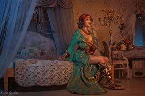 Обои для рабочего стола Ведьмак Сидящие Красивая Рыжие Кровати Triss, Kristina Borodkina 3D Графика Игры Девушки