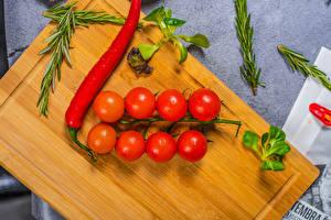 Картинка Помидоры Острый перец чили Разделочная доска Продукты питания