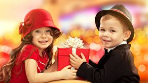 Обои 2 Шляпы Подарок Смотрит Бантики Мальчик Девочка ребёнок