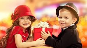 Обои Двое Шляпе Подарки Смотрит Бант Мальчик Девочки Дети