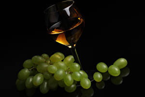 Картинка Вино Виноград Черный фон Бокалы Еда