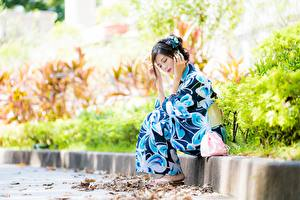 Обои для рабочего стола Азиатки Размытый фон Поза Сидящие Кимоно молодые женщины