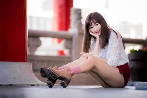 Картинки Азиаты Боке Сидит Ноги Смотрит Шатенки Ботинки Девушки