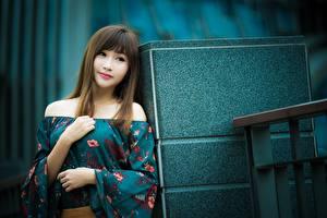 Обои Азиаты Позирует Рука Платье Шатенки девушка