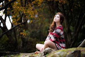 Фотография Азиатки Позирует Сидящие Шатенки Миленькие Боке девушка