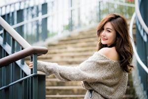 Фотографии Азиаты Позирует Лестница Шатенки Милые Свитер