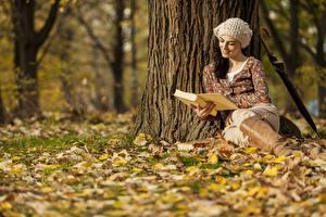 Фотография Осень Шатенка Сидящие Ствол дерева Шапки Книги Девушки