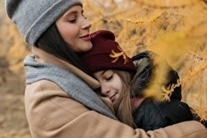 Картинка Осень Мать Двое Девочки Шапка Объятие девушка
