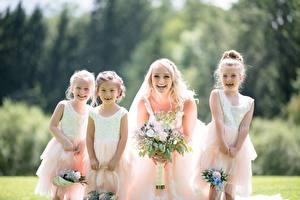 Фото Букет Размытый фон Блондинки Невеста Платья Девочка Счастье молодая женщина