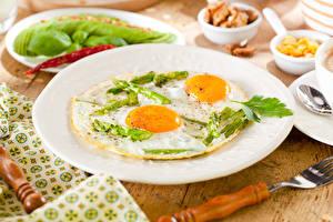 Картинки Завтрак Тарелка Вилка столовая Яичница Спаржа