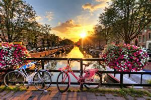 Обои Мосты Рассветы и закаты Нидерланды Амстердам Солнца Велосипеды город