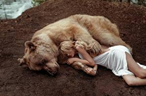 Фотография Медведи Гризли Лежит Спят Блондинок Masha Glushchuk, Ira Morozova девушка Животные