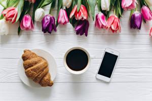 Картинки Кофе Круассан Тюльпаны Чашка Смартфон Пища