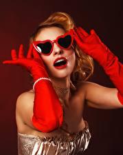 Картинки Цветной фон Очков Руки Перчатки Красные губы Поза Гламур Девушки