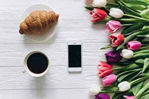 Картинка Круассан Кофе Тюльпаны Сматфоном Чашке Еда