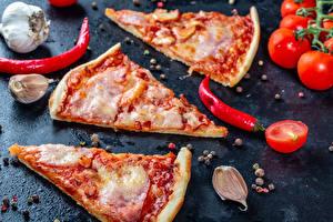 Фотографии Быстрое питание Пицца Чеснок Острый перец чили Помидоры Перец чёрный Кусочки Пища