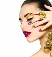 Обои Пальцы Украшения Белом фоне Лица Мейкап Красными губами Кольца Маникюра Красивая девушка
