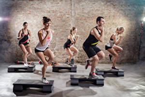 Фотографии Фитнес Мужчины Спортзале Улыбается Тренируется спортивные Девушки