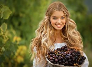 Фото Виноград Волосы Блондинок Причёска Улыбается Красивые Размытый фон девушка