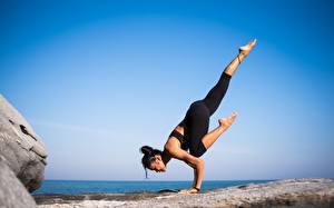 Обои Гимнастика Йогой Тренируется Ног Брюнетки девушка