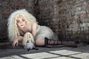 Фотографии Кудрявые Блондинки Ног Ноги Смотрят Взгляд Девушки