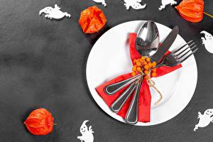 Картинка Хэллоуин Нож Ягоды Сером фоне Тарелка Вилки Ложка Physalis Продукты питания