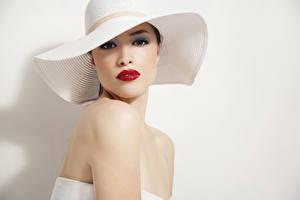 Картинки Шляпе Взгляд Красными губами Сером фоне молодая женщина