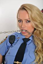 Фото Holly Gibbons Полицейский Блондинок Цепи Волос Смотрят Галстуке Девушки