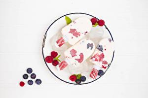 Фотографии Мороженое Малина Черника Белый фон Тарелке Трое 3 Еда