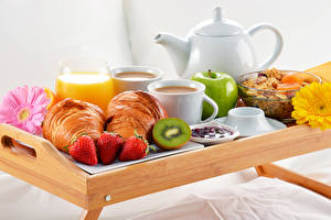 Фото Сок Круассан Клубника Киви Яблоки Кофе Завтрак Пища
