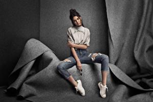 Фотография Позирует Сидя Брюнеток Фотомодель Джинсы Kendall Jenner Знаменитости Девушки
