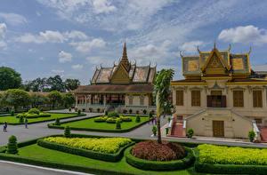 Обои для рабочего стола Ландшафтный дизайн Дворца Газоне Кустов Royal Palace Complex in Phnom Penh Cambodia Города