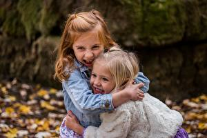 Фотографии Девочка Два Объятие Смех Радостная ребёнок