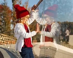 Картинки Девочки Шапка Отражение Стекле ребёнок