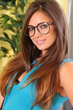 Фото Louisa Marie Шатенки Волосы Взгляд Очки Улыбка Красивый молодая женщина