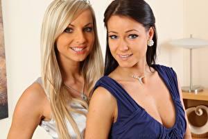 Картинки Мелисса Мендини Vendula Bednarova Ожерельем 2 Блондинки Брюнетки Смотрит Улыбается девушка