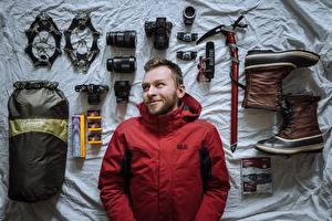 Фото Мужчина Альпинист Улыбка Куртках Фотокамера Фотограф