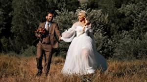 Фотографии Мужчина Влюбленные пары Трава 2 Жених Невесты Блондинки Улыбается Платье Костюм девушка