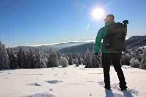 Обои Мужчины Зимние Вид сзади Снега Рюкзак Солнца Природа