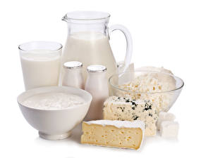Обои Молоко Творог Сыры Сметана Белый фон Кувшины Стакана Бутылки Продукты питания