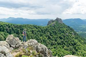 Картинки Горы Леса Скале Путешественник Шляпа Рюкзак Природа