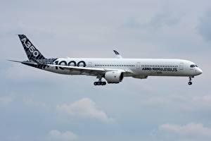 Обои для рабочего стола Пассажирские Самолеты Эйрбас Сбоку A350-1000 Авиация