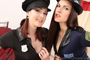 Обои Petra Vachouskova Deny Moor Полицейские Шляпы Смотрят Улыбка Двое Шатенки