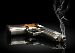 Фотографии Пистолетом Сером фоне Дым Черный фон Отражается