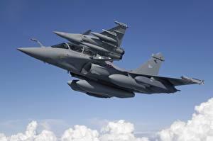 Обои для рабочего стола Самолеты Ракета Истребители Полет Двое Вид снизу Dassault Rafale Rafale B, MBDA MICA Авиация