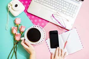 Фотография Роза Кофе Очков Сматфоном Фотокамера Блокнот Шариковая ручка Ноутбук Рука цветок