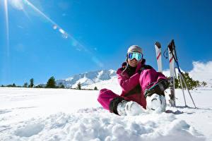 Фотография Лыжный спорт Зимние Снега Шапка Очков Улыбается Сидящие спортивные Девушки