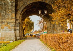 Фото Словения Осенние Улица Кусты Уличные фонари Арка Maribor Природа