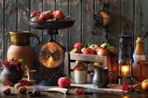 Фотографии Натюрморт Керосиновая лампа Яблоки Ягоды Доски Стенка Кувшины Кружки Пища